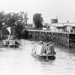 P.S. Alert steaming with barge under tow towards Echuca Wharf