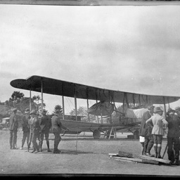Ross Smith and spectators with the Vickers Vimy.