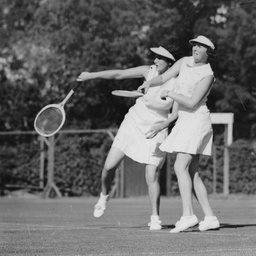 Women doubles players