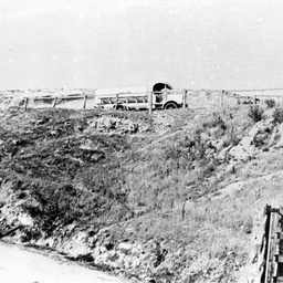 Punt road along the high river bank at Tailem Bend