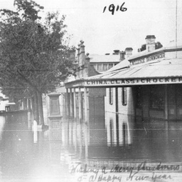 Shops under water during flood at Echuca
