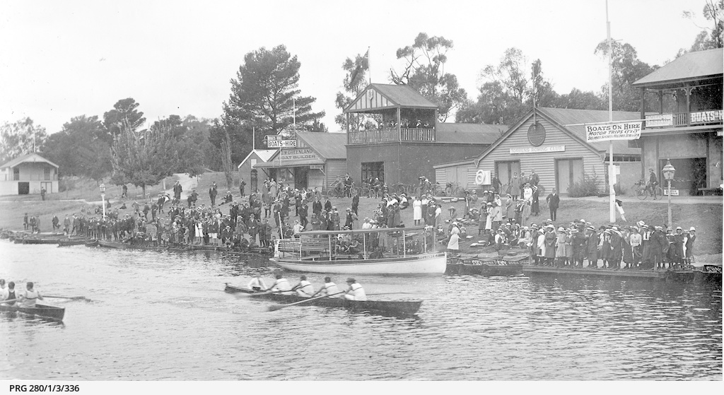 A crowd on the banks of Torrens Lake watching a boat race