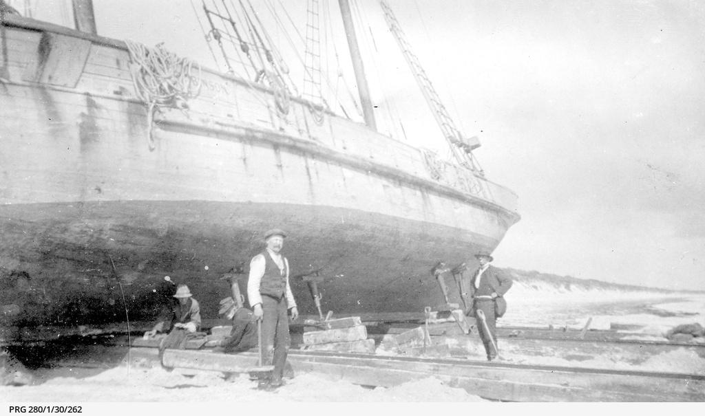 'Oscar Robinson' washed ashore in Hardwicke Bay