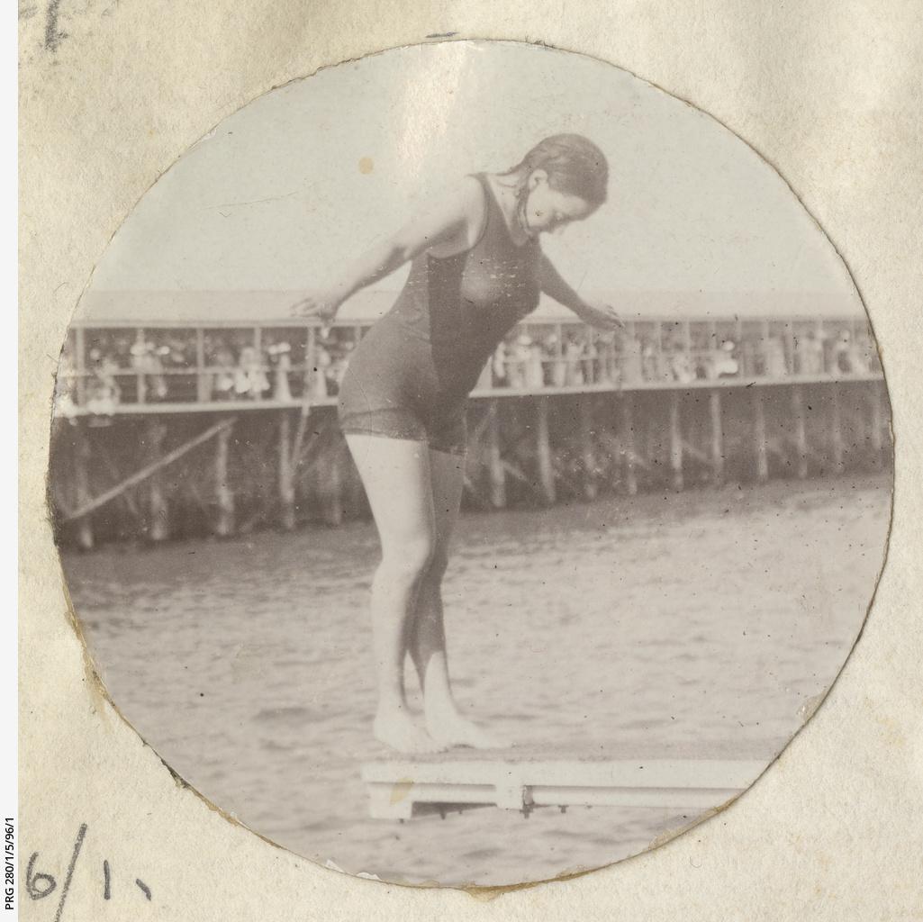 Annette Kellerman demonstrating her diving skills at Glenelg baths.