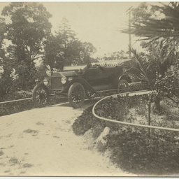 The Ashby family's first motor car in Wittunga farm house driveway