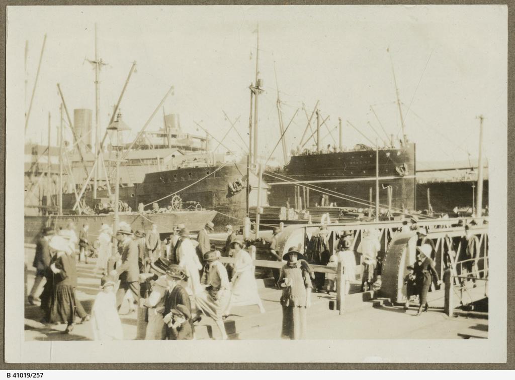 Steamships 'Kanna' and 'Bendigo' in Hobart