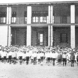 Schoolchildren assembled at Tailem Bend School