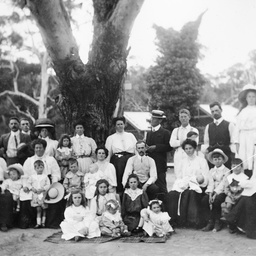 A Searcy family picnic at Clarendon