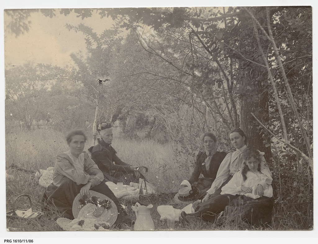 Lunch in Boord's Orchard, Hahndorf, Dec. 1899
