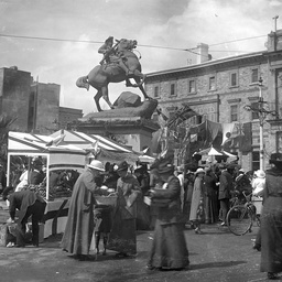 Fund raising for the Red Cross during World War I in Adelaide