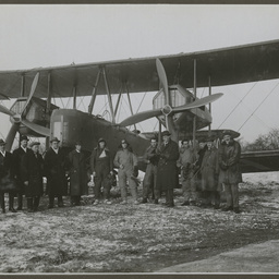 Vickers Vimy and crew at Hounslow.