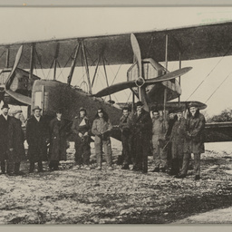 Ross and Keith Smith with the Vickers Vimy at Hounslow.