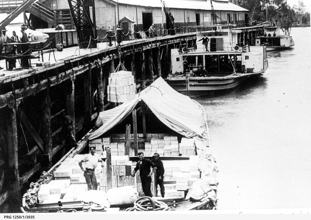 P.S. Wanera at rear of a loaded barge at Echuca wharf