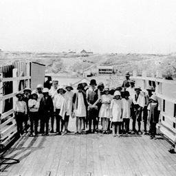Jervois school children crossing the punt at Tailem Bend