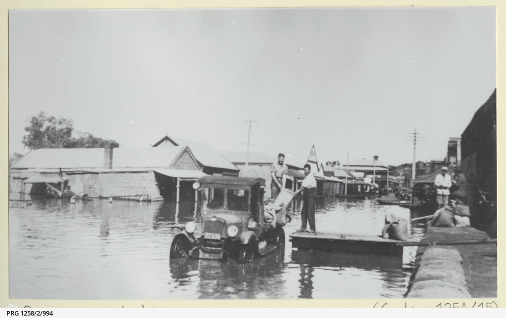 Mannum during 1931 flood with men shifting bags on a truck