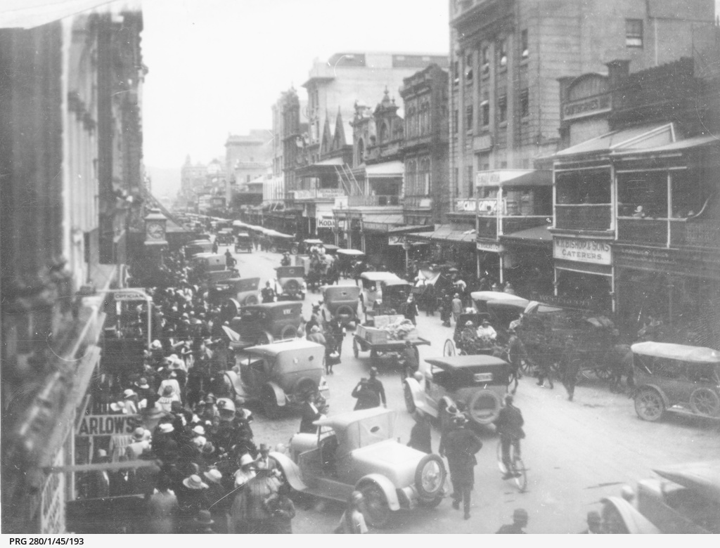 Busy scene in Rundle Street on Christmas Eve