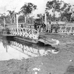 Hopwoods Ferry with the Pontoon bridge at rear at Echuca