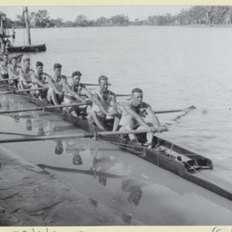 Champion rowing 8 crew approaching the river bank at Renmark