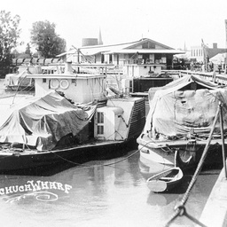 Shipping at Echuca Wharf in high water