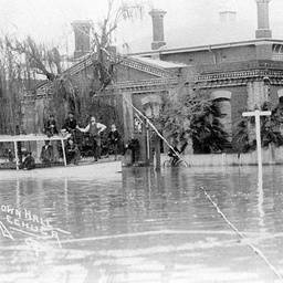 S.W. Minnie with passengers outside the flooded Echuca Town Hall